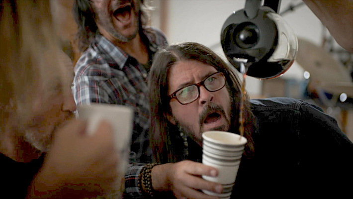 Foo Fighters: Dave Grohl se ríe de su adicción al café en un entretenido video